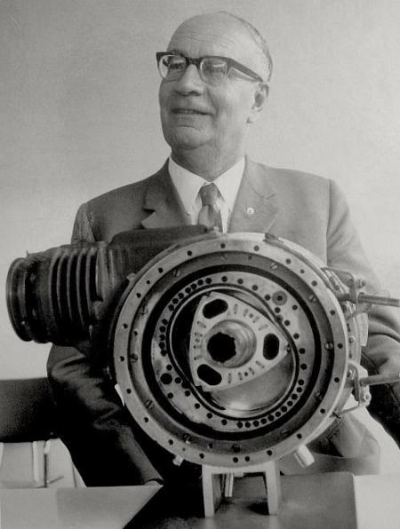Феликс Ванкель со своим роторно-поршневым двигателем